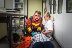 ... betreuen Feuerwehrleute Patienten. Ebenso ist der ... (Bild: Michel Canonica, 2016)
