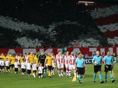 Da waren die Hoffnungen noch intakt: der Einmarsch der beiden Teams wurde von ohrenbetäubendem Lärm begleitet (Bild: KEYSTONE/THOMAS HODEL)