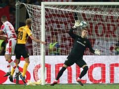 Die Szene des Spiels: David von Ballmoos kann den Kopfball von Aleksa Vukanovic nicht abwehren (Bild: KEYSTONE/THOMAS HODEL)