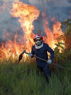Feuerwehrleute bekämpfen die Flammen. (Bild: Rio Branco Firemen HANDOUT)