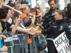 Greta Thunberg begrüsst junge Unterstützer in New York. (Foto: Mary Altaffer/AP) (Bild: KEYSTONE/AP/MARY ALTAFFER)