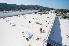 Das riesige Dach: Noch fehlt die Begrünung. (Bild: Urs Bucher)