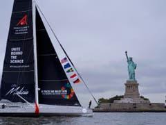 Vorbei an Lady Liberty zieht Greta Thunbergs Segelschiff. (Bild: KEYSTONE/FR61802 AP/CRAIG RUTTLE)