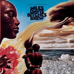 Vor 50 Jahren: Bitches Brew«Bitches Brew», gleich nach «Woodstock» aufgenommen, gilt als Initialzündung für die Hinwendung des Jazz zum Rock. Das Album beeinflusste Legionen von Fusion- und Jazzmusikern und nimmt im Werk von Miles Davis und in der Entwicklung des Jazz eine herausragende Stellung ein.