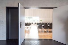 Vom Eingangsbereich geht es direkt in den Saal.