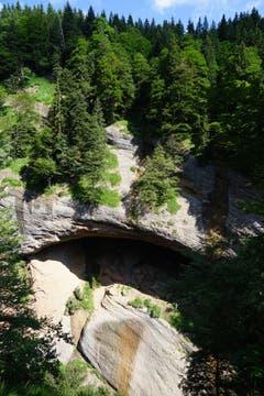 Erst nach und nach erkennt man, wie tief die Schlucht ist. Zur Verdeutlichung: In der Bildmitte auf dem Felsvorsprung, gleich bei der Licht-Schatten-Grenze steht eine Person.
