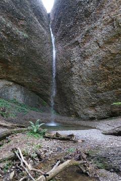 Der Weg verläuft hinter einem malerischen Wasserfall, von dem man einige Spritzer abbekommt.