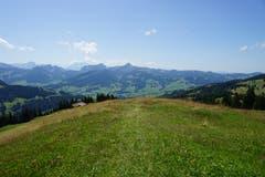Über einen Bergrücken geht es hinunter Richtung Tal.