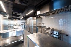 Und natürlich gibt es auch eine grosse Küche. Diese befindet sich direkt neben dem Saal und verfügt auch über eine Durchreiche.