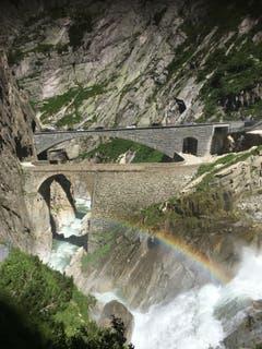 Das Schmelzwasser, das bei der Teufelsbrücke in die Tiefe stürzt, zaubert vor die alte und die neue Teufelsbrücke einen Regenbogen. (Bild: Uwe Zaugg, Teufelsbrücke bei Andermatt, 5. Juli 2019)