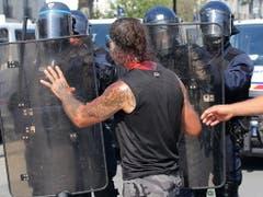 Unruhen nach dem Tod eines Mannes: Ein Demonstrant mit Blut am Hals konfrontiert Polizisten in Nantes. (Bild: KEYSTONE/EPA/THIBAULT VANDERMERSCH)