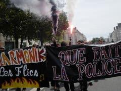 Der Demonstrationszug in Nantes protestiert gegen den Tod eines Mannes. (Bild: KEYSTONE/EPA/THIBAULT VANDERMERSCH)