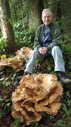 Der Senior Anton Kaufmann ist sichtlich stolz auf seinen Fund im Horütiwald. (Bild: Anton Kaufmann)