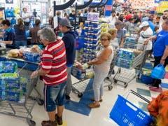 Die Einwohner von Miami wappnen sich in den Supermärkten für den Hurrikan «Dorian». (Bild: KEYSTONE/EPA/CRISTOBAL HERRERA)