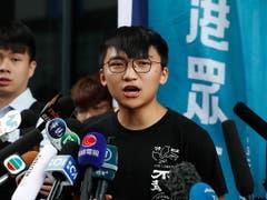 Medienkonferenz der regierungskritischen Partei Demosisto in Hongkong: Vizepräsident Isaac Cheng (r.) richtet sich an die Presse. (Bild: KEYSTONE/EPA/JEON HEON-KYUN)