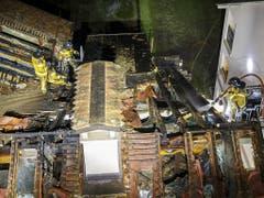 Erst nach mehreren Stunden hatten die Feuerwehrleute den Brand im Dachstock des Hauses in einem Genfer Wohnquartier unter Kontrolle. (Bild: KEYSTONE/SALVATORE DI NOLFI)