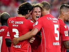 Union Berlin mit dem Doppeltorschützen Marius Bülter feierte den ersten Sieg in der Bundesliga (Bild: KEYSTONE/EPA/SASCHA STEINBACH)