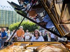 Greift für Zürich in die Tasten: Der Pianist Mischa Cheung vor der Arena in Vevey. (Bild: KEYSTONE/JEAN-CHRISTOPHE BOTT)