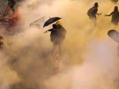 Wie schon am Samstag setzte die Polizei in Hongkong auch am Sonntag Tränengas ein. (Bild: KEYSTONE/AP/VINCENT THIAN)