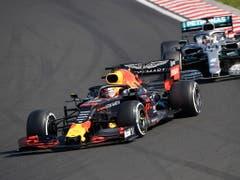 Da war die Welt von Max Verstappen noch in Ordnung: Der Niederländer führt vor Lewis Hamilton (Bild: KEYSTONE/EPA MTI/ZSOLT CZEGLEDI)