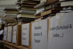 Nach Genre sortiert warten die Bücher darauf, aufbereitet zu werden.
