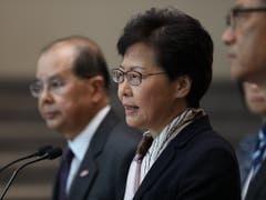 Hongkongs umstrittene Regierungschefin Carrie Lam hat am Montag auf einer eilig einberufenen Medienkonferenz ihre Rhetorik gegen die Protestbewegung am Tag eines Streiks verschärft. (Bild: KEYSTONE/EPA/JEROME FAVRE)