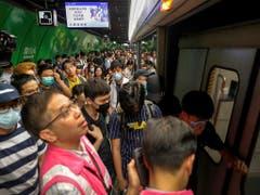 Vielerorts gab es am Montag aufgrund von Streikmassnahmen ein Chaos in Hongkong. (Bild: KEYSTONE/AP/VINCENT THIAN)