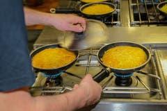 Zu Spitzenzeiten verlässt eine Rösti pro Minute die Küche. (Bild: Raphael Rohner)