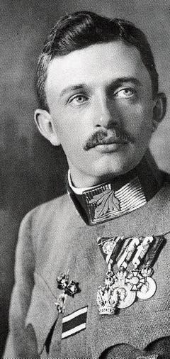 Der am 24. Februar in Sevelen gelandete Doppeldecker, umringt von viel Volk. Um 15 Uhr starteten die beiden Offiziere wieder, um weiter nach Dübendorf zu gelangen.