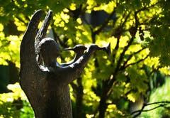 Ein musizierender Engel auf dem Friedhof Friedental. (Bild: Georgette Baumgartner-Krieg, Luzern, 4. August 2019)