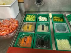 Die Salattheke ist bereit. (Bild: Stephanie Martina)
