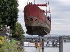 Das Leuchtfeuerschiff «Gannet» wird mit einem Kran aus dem Rhein gehoben, am Klybeckquai in Basel, am Dienstag, 6. August 2019. Es soll als Räumlichkeit für Veranstaltungen des Zwischennutzungsprojekts Holzpark dienen. (Bild: KEYSTONE/GEORGIOS KEFALAS)