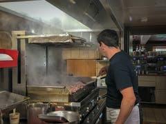 In der Küche laufen die Vorbereitungen auf Hochtouren: Thomas Manser kümmert sich ums Geschnetzelte. (Bild: Stephanie Martina)