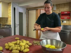 ...dann die Kartoffeln für den Herdöpfelsalat. (Bild: Stephanie Martina)