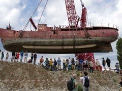 Das 600 Tonnen schwere Leuchtfeuerschiff «Gannet» über den Köpfen der Schaulustigen. (Bild: KEYSTONE/GEORGIOS KEFALAS)