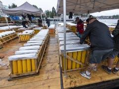 Kiste für Kiste voller pyrotechnisches Material werden auf den See gebracht. (Bild: KEYSTONE/MARTIAL TREZZINI)