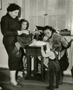 Auch Nothilfe und Fürsorge fielen in den Bereich der Stiftung Viscosuisse. Hier besucht eine Betriebsfürsorgerin eine Viscosefamilie im Jahr 1956.