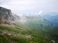 Für kurze Zeit lichtet sich der Nebel und gibt den Blick frei auf die Oberalp. (Bild: Simona Danioth, Bannalper Schonegg - Isenthal, 6. August 2019)