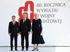 In Warschau hat am Sonntagmittag die zentrale Gedenkfeier zum Beginn des Zweiten Weltkriegs vor 80 Jahren stattgefunden. Polens Präsident Andrzej Duda (Mitte) und seine Frau Agata Kornhauser-Duda (rechts) begrüssten auch den ukrainischen Präsidenten Volodymyr Zelensky (links). (Bild: KEYSTONE/EPA PAP/LESZEK SZYMANSKI)
