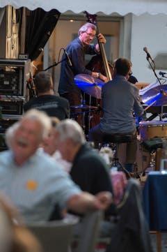Theiler Flisch Renold spielt auf dem Fischmarkt. (Bild: Maria Schmid, 29. August 2019)