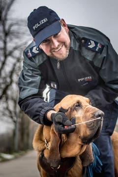 Quartierpolizist Christian Gisler und seine Personenspürhündin Lyonnesse (Bild: Michel Canonica, 6. Dezember 2017)