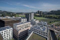 Der Mattenhof liegt direkt bei der Allmend. Das eingerüstete Hochhaus gehört zum Teilprojekt mit dem Namen Matteo. Es ist im Gegensatz zum Mattenhof selber nicht (mehr) in Besitz der Immobiliengesellschaft Mobimo, sondern der CSA Real Estate Switzerland. (Bild: Pius Amrein, Kriens 10. September 2019)