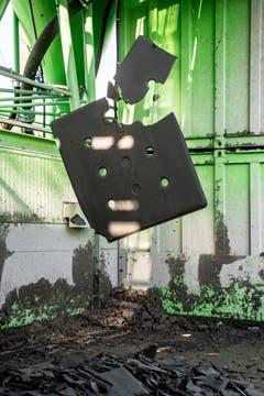 Der Schlamm wird zu Platten gepresst und entwässert. (Bild: Nadia Schärli, Luzern, 9. September 2019)