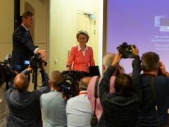 Grosser Andrang: Die neue EU-Kommissionschefin Ursula von der Leyen war am Dienstag gespannt von den Medien erwartet worden. Es war ihr erster offizieller Auftritt im Pressesaal der EU-Kommission in Brüssel. (Bild: KEYSTONE/AP/VIRGINIA MAYO)