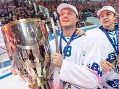 Vor einem Jahr gewann der EV Zug (hier mit Carl Klingberg mit dem Pokal in den Händen) den Schweizer Cup (Bild: KEYSTONE/MELANIE DUCHENE)