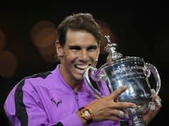 Grand-Slam-Trophäe Nummer 19 für Rafael Nadal: Nach seinem Triumph am US Open liegt er nur noch einen hinter Roger Federer zurück (Bild: KEYSTONE/AP/CHARLES KRUPA)