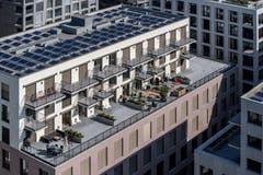 Hier gut zu sehen: Die Bürogeschosse heben sich optisch von den Wohngeschossen ab. (Bild: Pius Amrein, Kriens 10. September 2019)