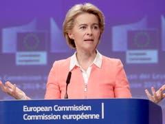 Die künftige EU-Kommissionspräsidentin Ursula von der Leyen hat am Dienstag in Brüssel ihre neue EU-Kommission vorgestellt. Dazu gehörte auch die Verteilung der Zuständigkeiten. Unklar ist jedoch noch, wer künftig für das Schweiz-Dossier zuständig sein wird. (Bild: KEYSTONE/EPA/OLIVIER HOSLET)