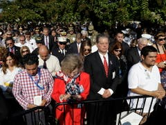 Schweigeminute vor dem Pentagon im Gedenken an die Opfer der Terroranschläge in New York und Washington am 11. September 2001. (Bild: KEYSTONE/AP/EVAN VUCCI)