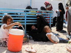 Die Frau eines ehemaligen IS-Kämpfers und ihre Kinder warten im Lager Al-Hol auf die Rückführung in ihr Heimatland. (Bild: KEYSTONE/EPA/AHMED MARDNLI)